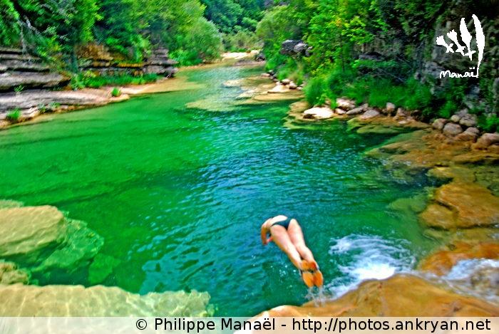 Plongeon dans le rio Guatizalema (Sierra de Guara, Espagne)