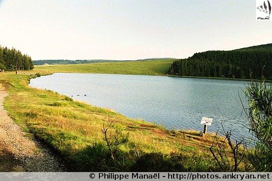 Murat-le-Quaire - Lac de Servières (trekking Auvergne, au pays des volcans). France, Auvergne, Puy-de-Dôme