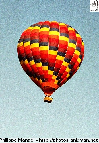 Clermont-Ferrand : vol en montgolfière (trekking Auvergne, au pays des volcans). France, Auvergne, Puy-de-Dôme