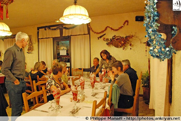 Soirée du nouvel an, table des festivités (Molines-en-Queyras, Hautes-Alpes, France)