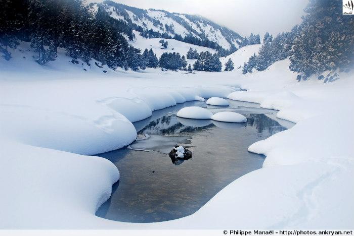 Eau gelée, lac des Bouillouses (La Bollosa, Pyrénées-Orientales, France)