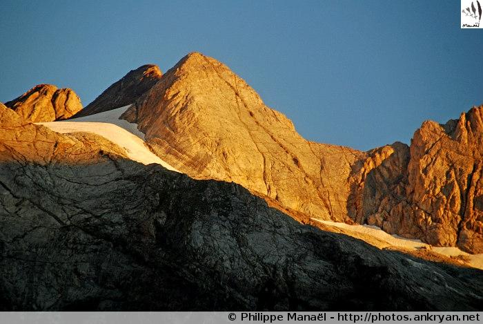 Soleil levant sur le Grand Vignemale (Pyrénées, France)