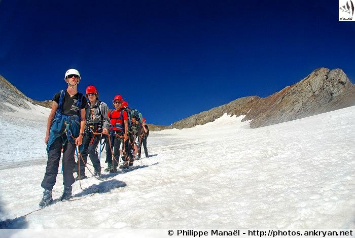 Cordée sur le glacier d'Ossoue (Massif du Vignemale, Pyrénées, France)