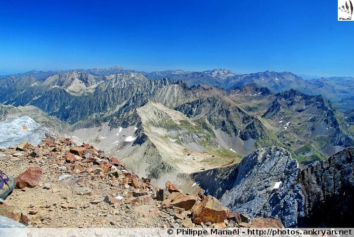 Panorama sur la chaîne des Pyrénées (Massif du Vignemale, Pyrénées, France)