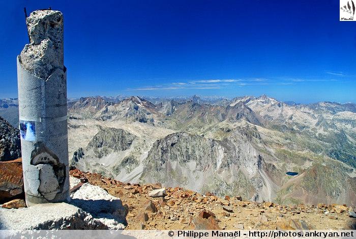 Signal géodésique au sommet du Grand Vignemale (Pyrénées, France)