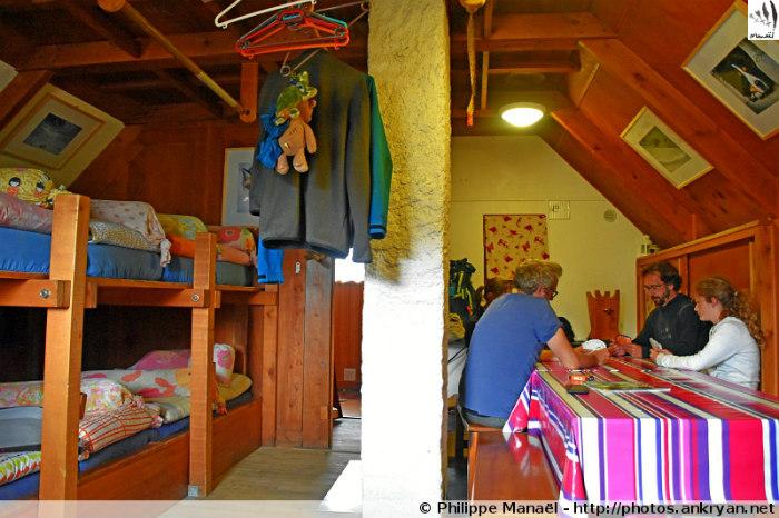 Dortoir-réfectoire, refuge des Lacs Merlet (Savoie, France)