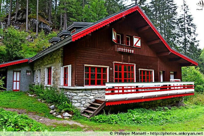 Chalet d'alpage aux boiseries rouges, Pralognan-la-Vanoise (Savoie, France)