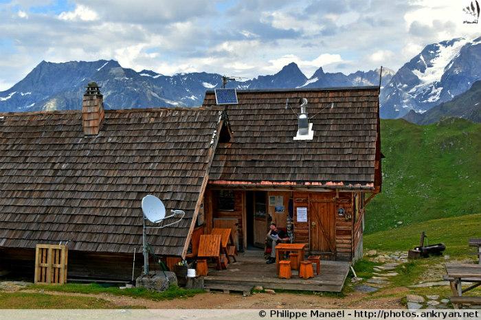 Refuge de la Valette, réfectoire. La Grande Casse au fond (Savoie, France)