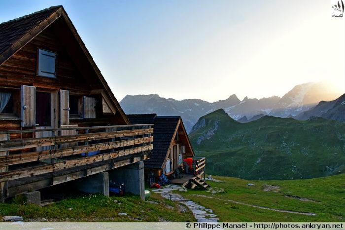 Chalets du refuge de la Valette au petit matin, Pralognan-la-Vanoise (Savoie, France)