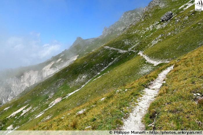 Refuge Les Barmettes - Col de Leschaux - Refuge du Grand Bec (2398 m) (trekking Les Hauts de la Vanoise). France, Rhône-Alpes, Savoie