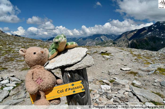 Duo solidaire au col d'Aussois, massif de la Vanoise (Savoie, France)