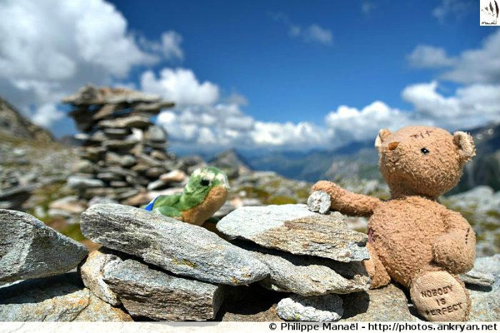Duo solidaire ajoute leur pierre à l'édifice des cairns, col d'Aussois (Savoie, France)