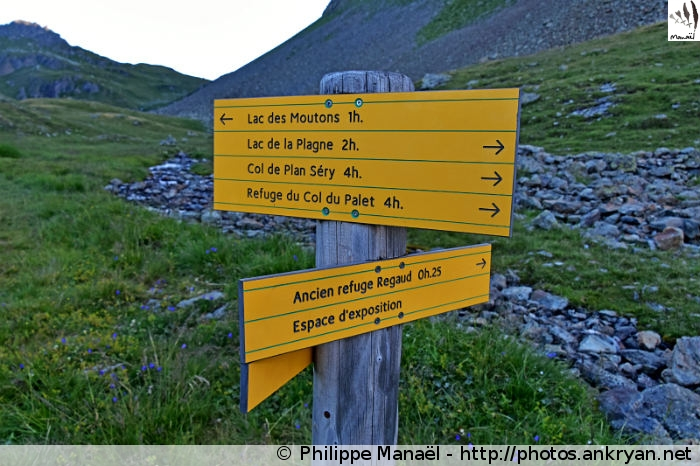 Panneau directionnel, refuge du Mont Pourri, Peisey-Nancroix (Vanoise, Savoie, France)