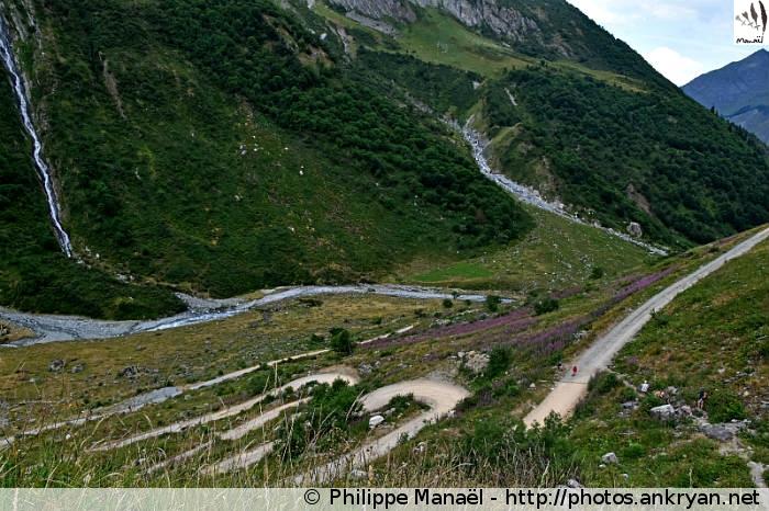 Piste en lacets, sentier de Glaciologie, vallée de Champagny-le-haut (Vanoise, Savoie, France)