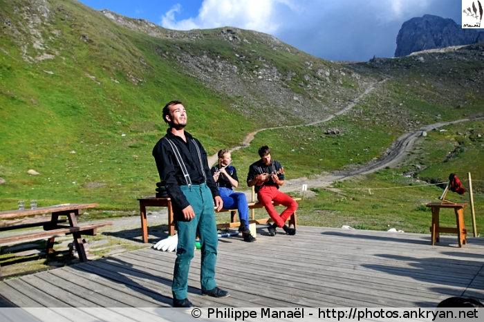 Spectacle à dos, refuge du Col du Palet (Vanoise, Savoie, France)