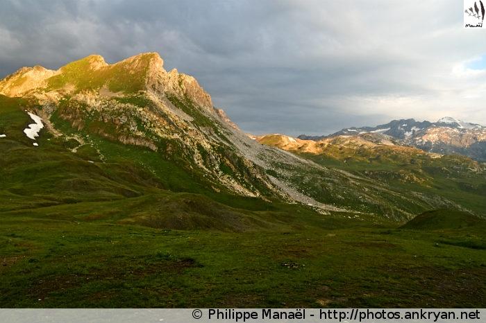 Soleil levant sur l'Aiguille des Aimes, refuge du Col du Palet (Vanoise, Savoie, France)