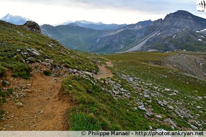 Sentier descendant vers Tignes depuis le col du Palet (Vanoise, Savoie, France)