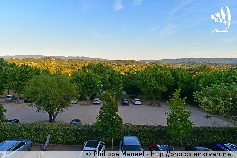 Massif du Luberon depuis la chambre de l'Hostellerie des Commandeurs, Joucas (Provence, Vaucluse, France)