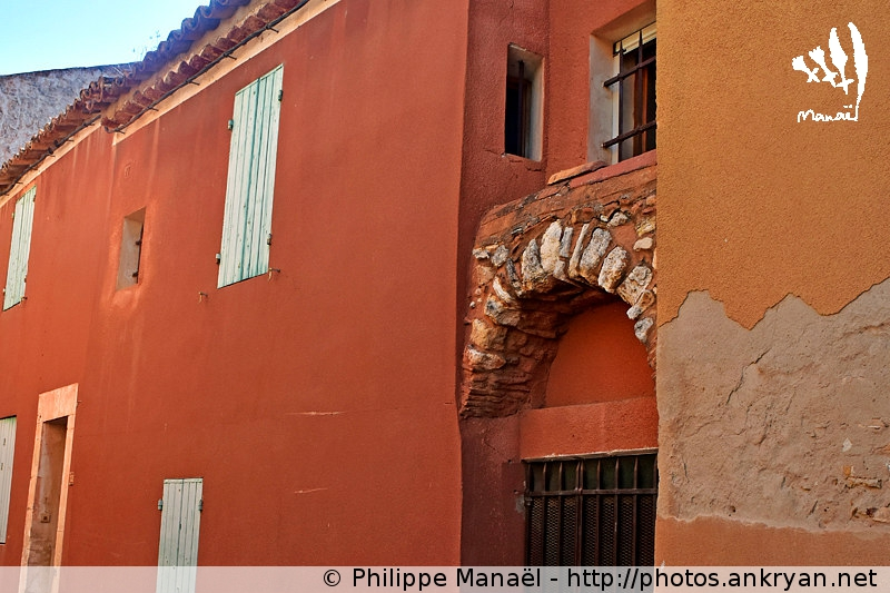 Façades d'ocre, Roussillon-en-Luberon (Provence-Vaucluse, France)