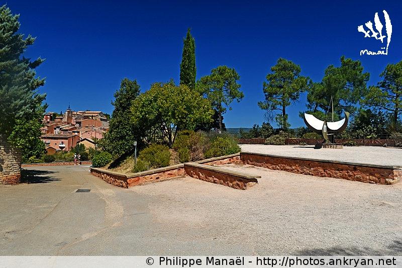 Esplanade avant le Sentier des ocres, Roussillon-en-Luberon (Provence, Vaucluse, France)
