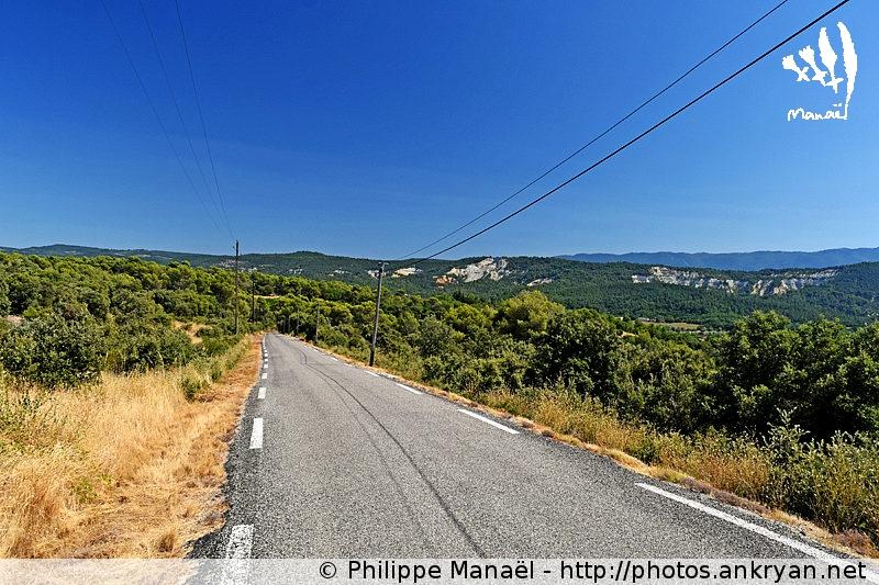 Route D34 pour Rustrel, Luberon (Provence, Vaucluse, France)