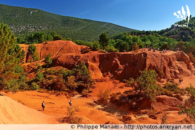 De Rustrel à Viens via le Colorado provençal (trekking Traversée du massif des Ocres du Luberon). France, PACA, Vaucluse