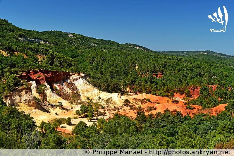 Panorama sur le Colorado provençal de Rustrel dans le Luberon (Provence, Vaucluse, France)