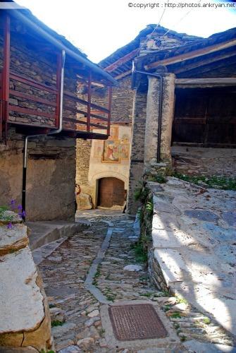Rues couvertes, Hameau de Prafauchier (Piémont, Italie)